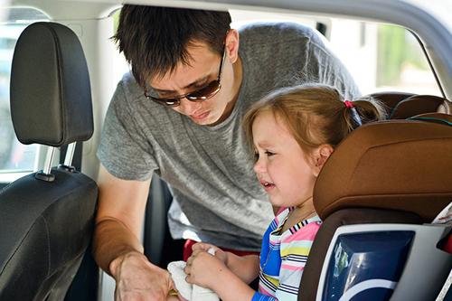 مراقبت_ها-و-اقدامات-اولیه-برای-درمان-حالت-تهوع-کودک-در-ماشین
