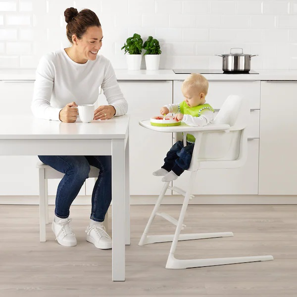 مزایای استفاده از صندلی غذای کودک این است که نشستن کودک روی صندلی خودش و غذاخوردن در کنار پدر و مادر، حس نزدیکی و آرامش به او میدهد.