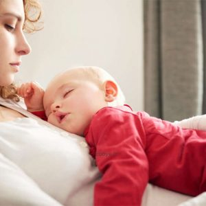 مزایای خوابیدن نوزاد کنار مادر